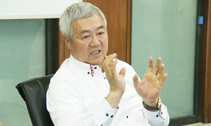 پیتر ، رئیس هیات مدیره شرکت ریگان خودرو