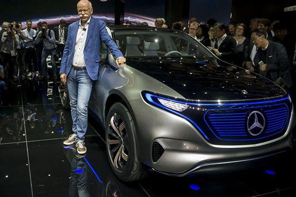 مدیرعامل مرسدس بنز در کنار خودروی جدید مفهمومی مرسدس بنز.