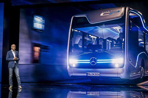 مدیرعامل مرسدس بنز در حال معرفی اتوبوس جدید خودران این شرکت.