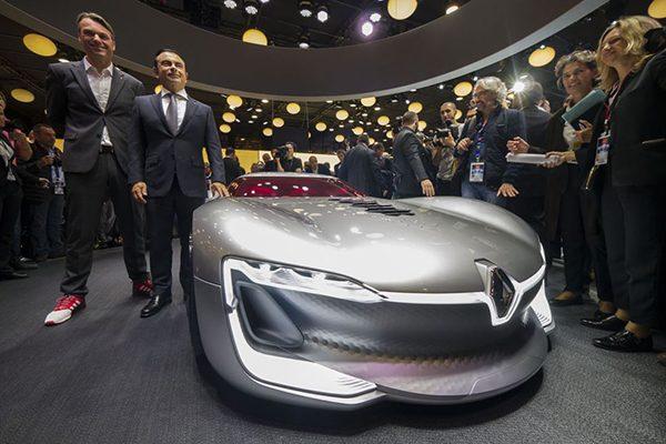 کارلوس گون و مدیر طراحی شرکت رنو در کنار جدیدترین محصول مفهومی این شرکت ایستادهاند